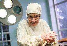 Ей Вот-Вот Стукнет 90, Но Она По-Прежнему Оперирует Четырех Пациентов В День!