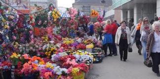 Вот почему церковь просит не носить на могилы искусственные цветы!