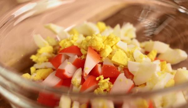 Салат из консервированных крабов рецепт очень вкусный с
