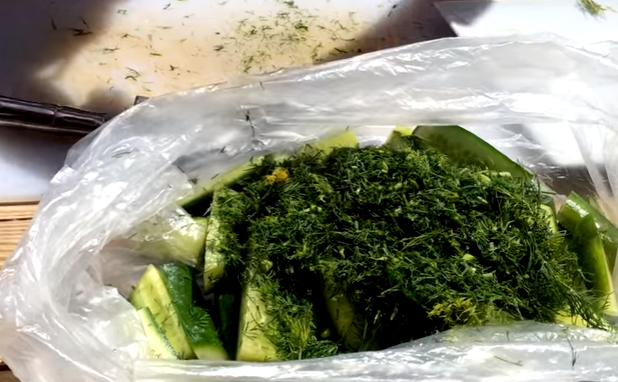 How to quickly cook salted cucumbers in the package.