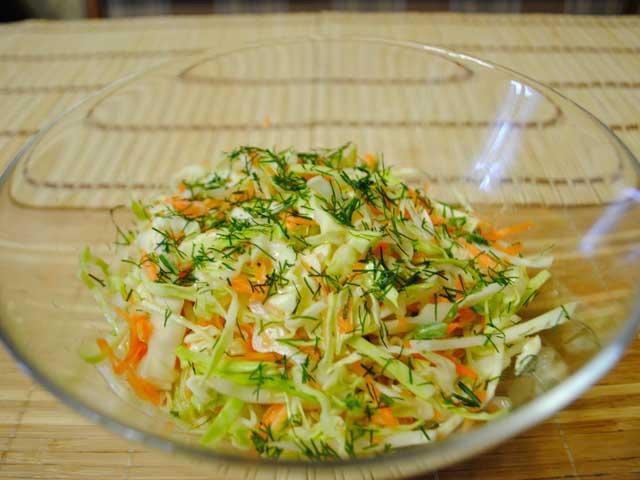 салат с капустой и огурцом и морковью с уксусом