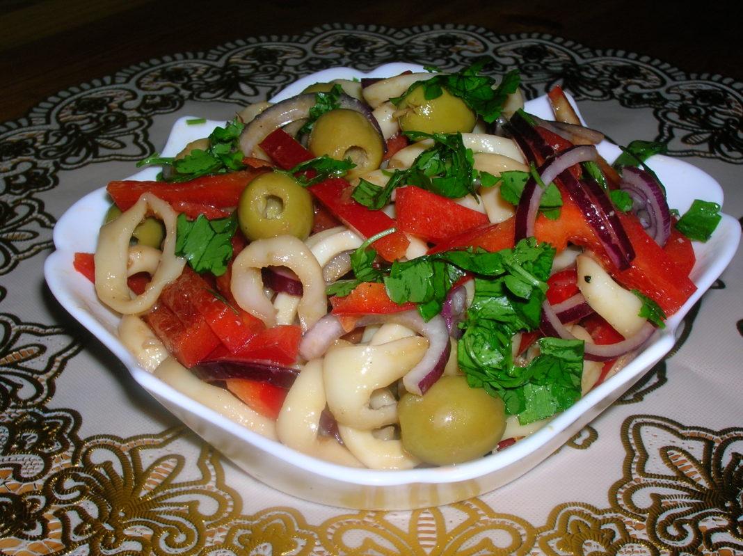 Простой и вкусный салат с кальмарами рецепт с