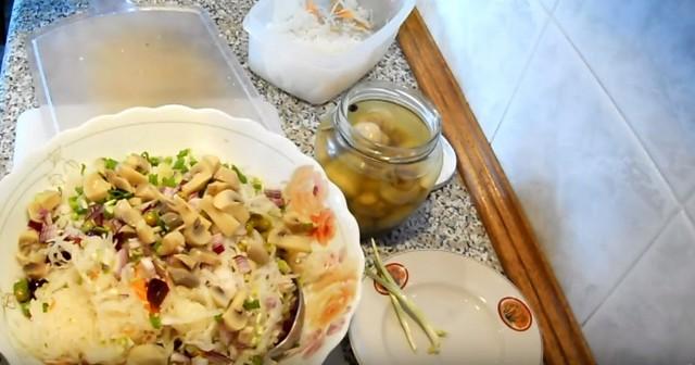 Рецепты классического винегрета с горошком, а также с грибами вместо огурцов