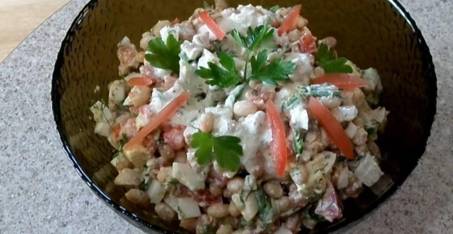 салат с курицей и белой консервированной фасолью