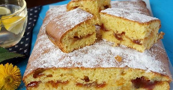 Воздушный и безумно вкусный пирог на скорую руку: не стыдно и к праздничному столу предложить!
