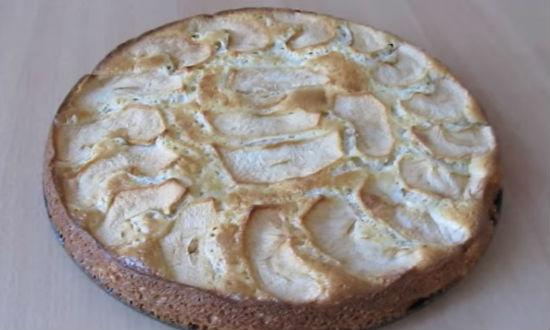 Шарлотка с яблоками. Рецепт классического пирога в духовке со сметаной