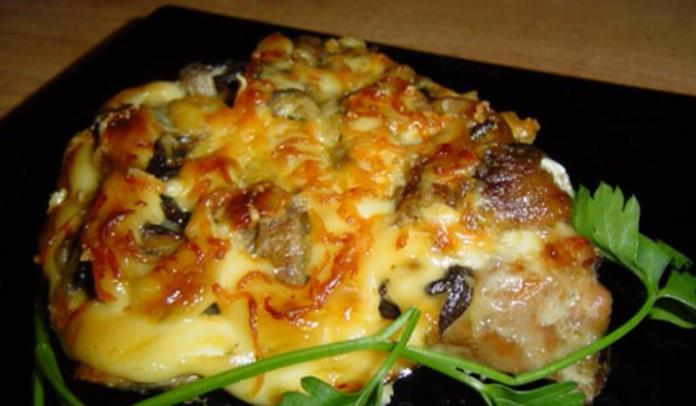 Рецепт свиной отбивной с грибами и сыром