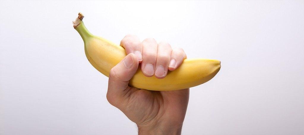 Она опустила банан в кипящую воду… Ты удивишься, когда узнаешь зачем!