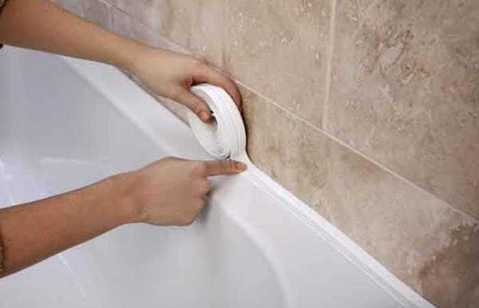 как заделать зазор между стенкой и ванной