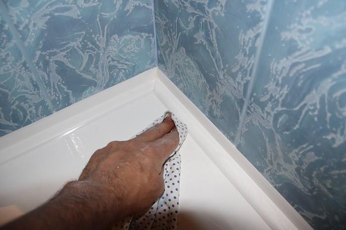 5 быстрых способов, как заделать зазор между стенкой и ванной, чтобы не заливать пол и соседей