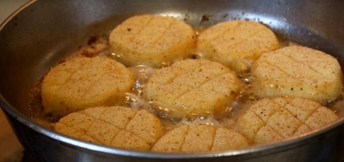 Драники отдыхают: свекровь рассказала, как приготовить новое блюдо из картофеля. Прекрасно смотрятся в окружении зелени и ярких свежих овощей.