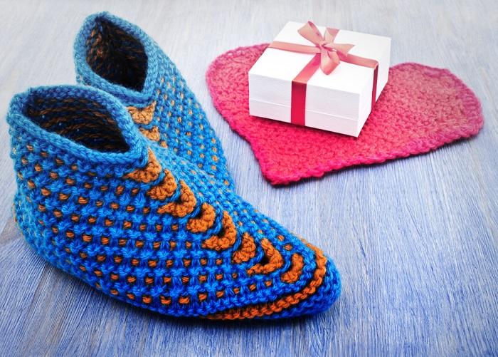 Именно такой должна быть домашняя обувь! Связала за один вечер, хожу по квартире и радуюсь. Мягкие, удобные и не скользящие.