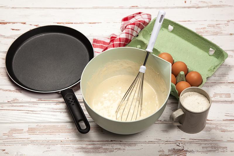 Блины на майонезе «Нежные» готовлю каждый день, никогда не рвутся, жарю без масла на сухой сковороде. Без капли молока, весь фокус в майонезе.