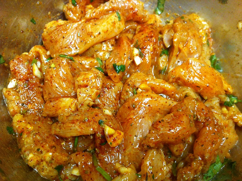 Как замариновать любую часть курицы так, чтобы мясо таяло во рту? Добавь этот продукт в нужный момент. И емкость правильную возьми.