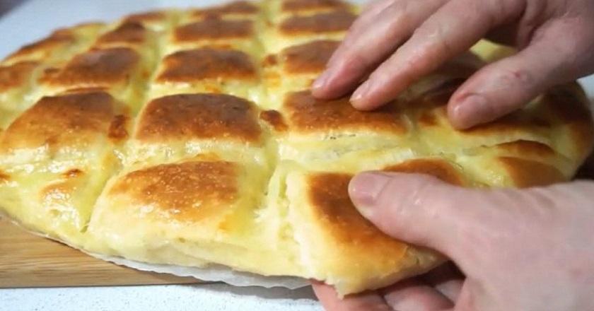 Тончайшая лепешка с сыром за 15 минут. Воздушное тесто и тягучая начинка — что может быть вкуснее? Лучше пиццы.