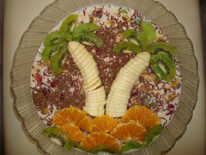 Купила киви и банан, из морозилки достала клубнику… Всё ради любимого торта без заморочек! Конечно, без выпечки: незачем духовку лишний раз гонять.