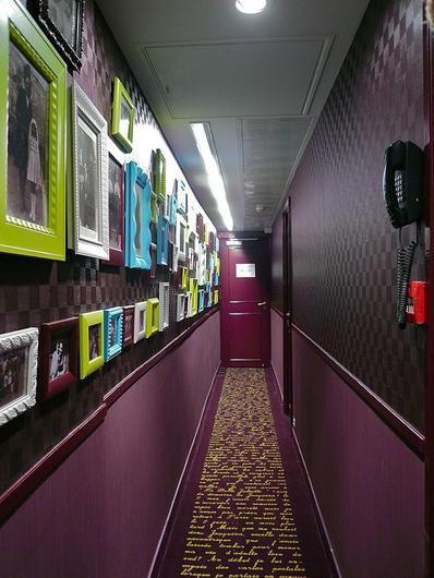 Как украсить узкий коридор? 20 идей для вдохновения