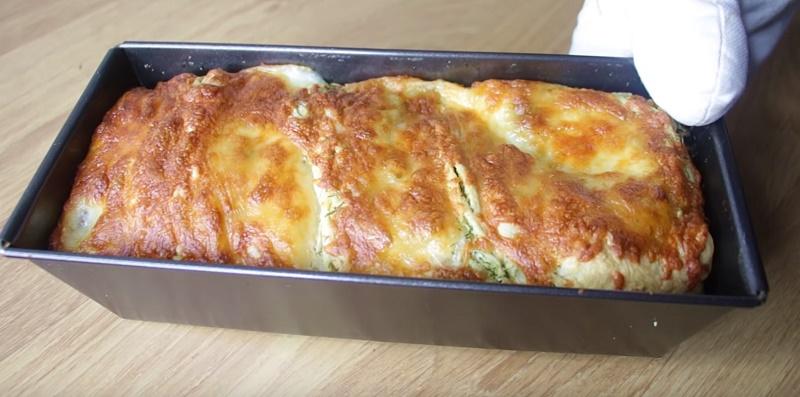 Чесночный пирог с зеленью и сыром. Перед его ароматом не устоит никто.🔝