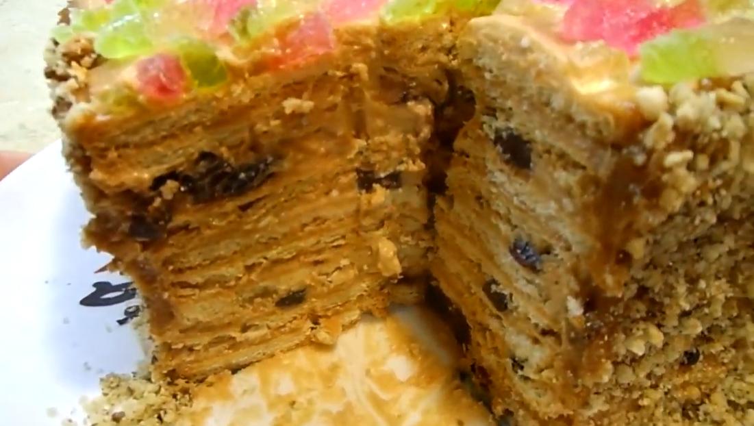 Тортик-«конструктор» на скорую руку без выпечки - с вареной сгущенкой и сметаной. Добавляйте в него ваши любимые наполнители.