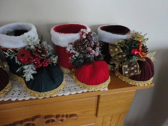 Классное новогоднее украшение: сапоги Деда Мороза из пластиковых бутылок