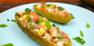 Закуска для всей семьи: рыбный салат в маринованных огурцах