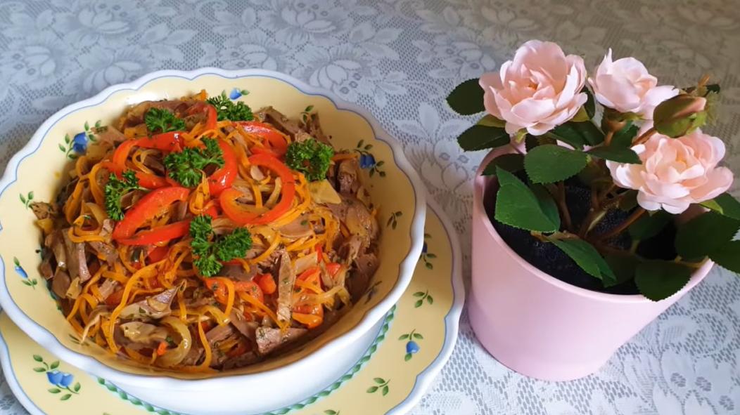 Простой и быстрый рецепт: мясной салат с морковью и перцем