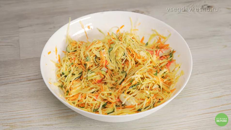 Легкий салат из овощей и крабовых палочек