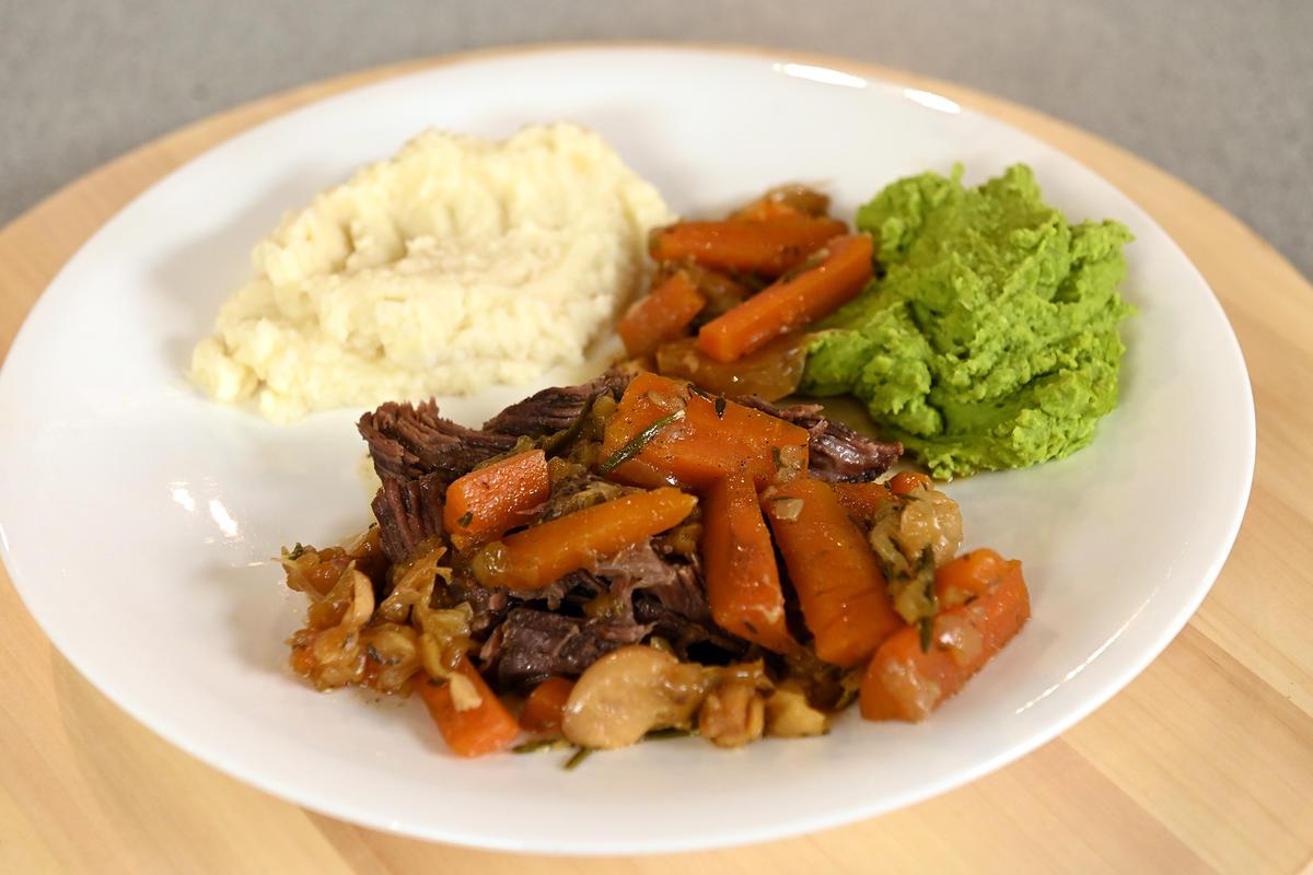 Нежнее нежного: томленая говядина с пюре из сельдерея и зеленого горошка