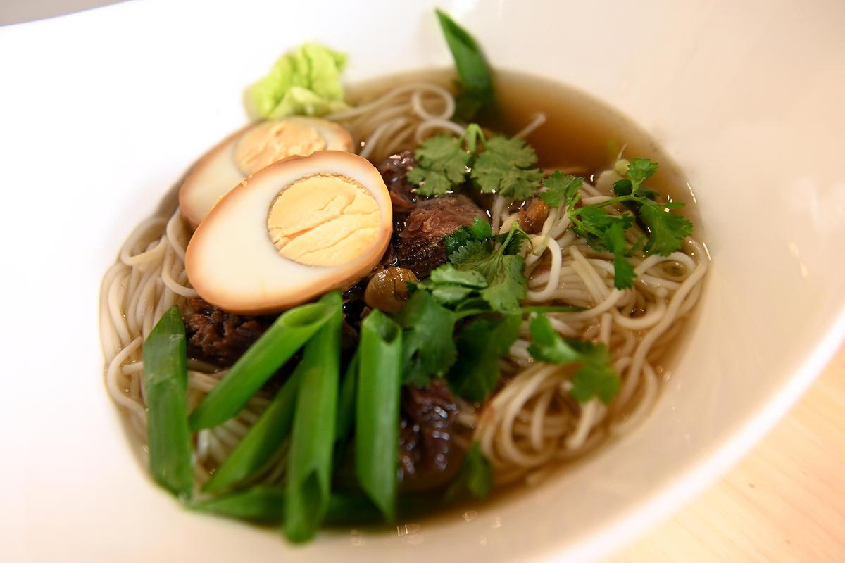 Суп, который понравится всем: рамэн с говядиной, яйцом и овощами