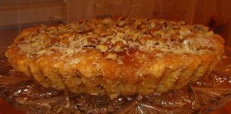 Выпекание мокрого бабушкиного пирога с орехами