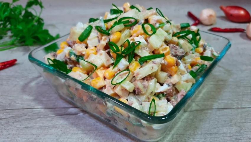 Банка шпрот не дает покоя? Сделаем салат - быстро, просто, бюджетно, вкусно.