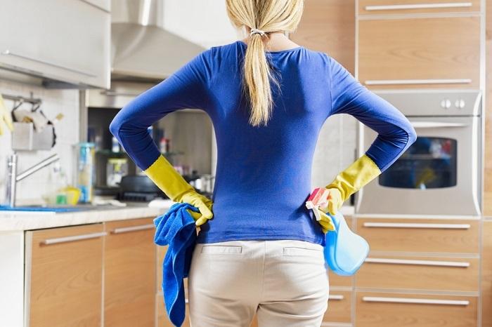 Процесс омовения запущенной плиты на кухне