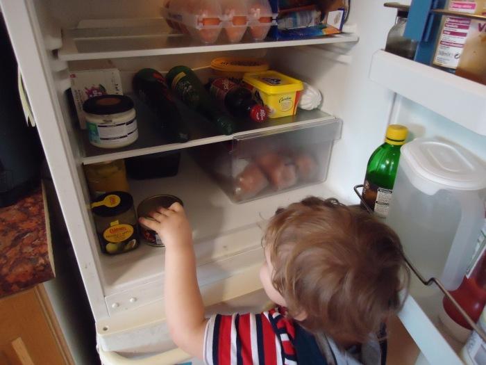 Из-за чего холодильник начал греться по бокам, и что делать в таком случае