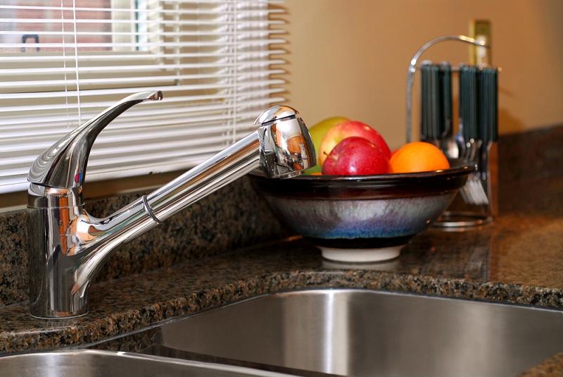 Нужно ли устанавливать мойку на кухне под окном