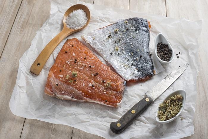 Как засолить красную рыбу перед подачей на стол