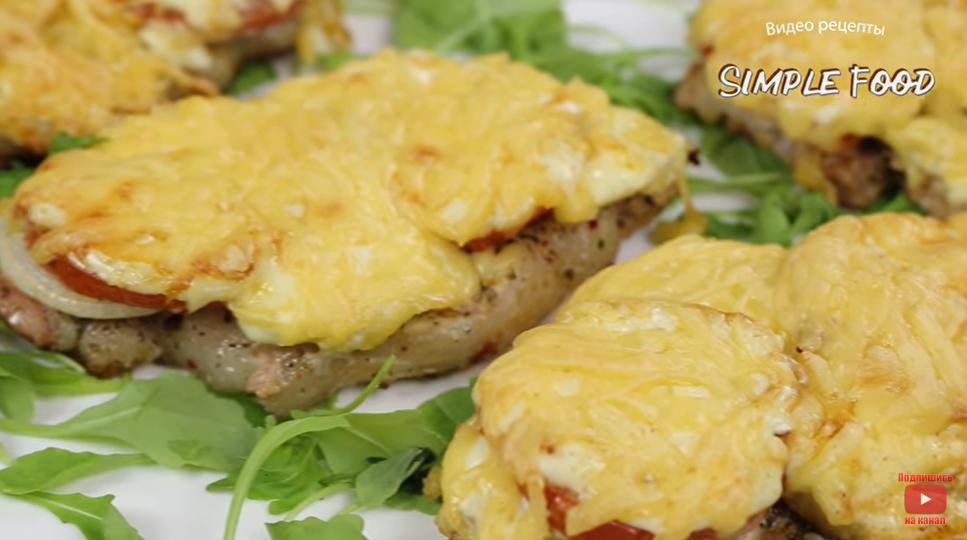 Вкусная идея для праздничного стола – сочное мясо под сырной корочкой