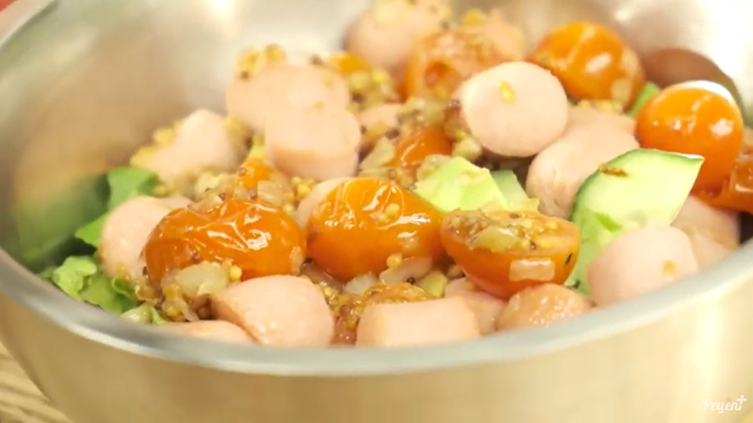 Теплый салат из сосисок и авокадо – оригинальная закуска для гурманов