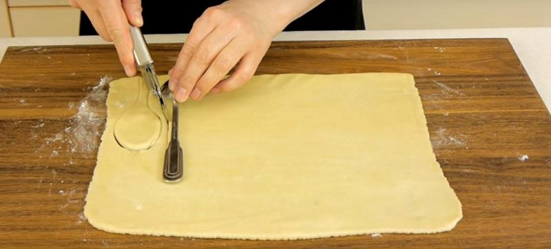Зачем заворачивать ложечки в тесто и отправлять в духовку