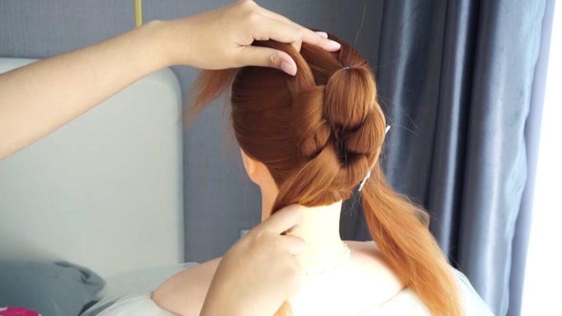 Простая в повторении, но очень красивая причёска из трёх хвостиков