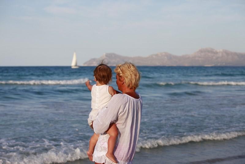 Почему не стоит нагружать бабушку ребенком часто