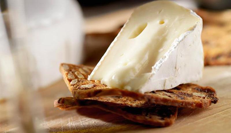 Универсальный французский сыр: можно ли есть его с плесенью