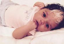 Маленькая девочка родилась с такой же уникальной белой прядкой волос, как и её мама