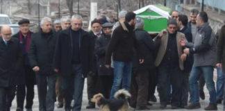 Собачка с очень грустными глазами присела рядом с гробом. Все были удивлены тому, что произошло дальше!