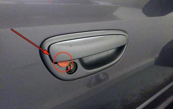 Действуйте немедленно, водители, если заметили монету на двери авто! И сигнализация не поможет...