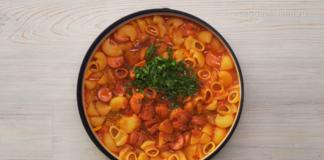 Паста, овощи, сосиски – ужин всего за 20 минут на сковороде. Вкусно и питательно.