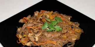 Теплый салат с говядиной и овощами