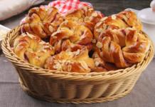 Необычные булочки с клюквенной начинкой