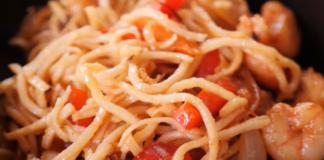 Быстрый и вкусный рецепт прямиком из Японии: якисоба с креветками