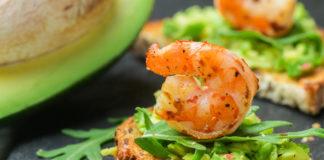 Канапе с креветками и соусом из авокадо: быстрый рецепт закуски на праздничный стол