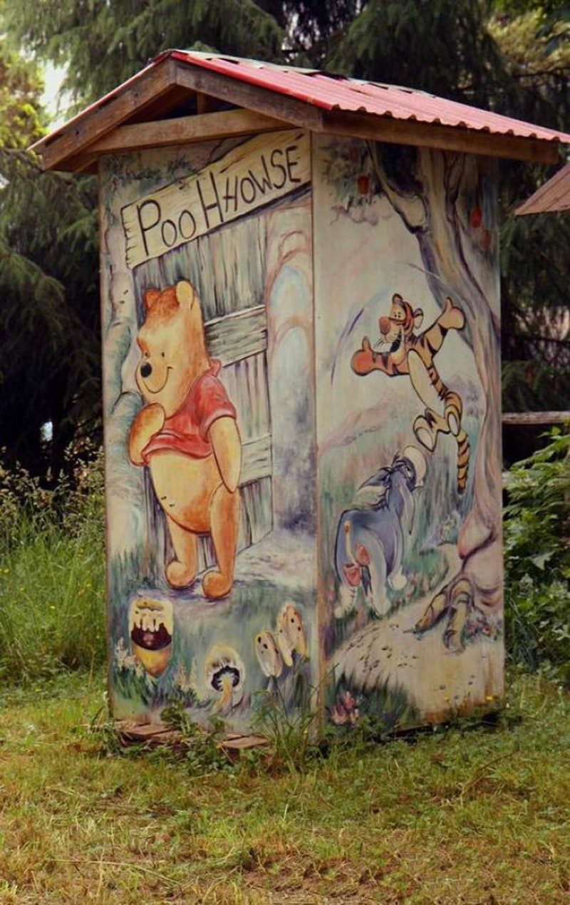 Рисунок на туалете на улице